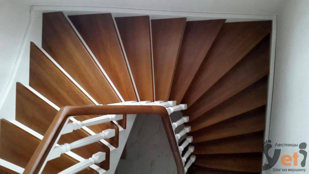 деревянная винтовая  лестница с забежными ступенями и декоративными столбами