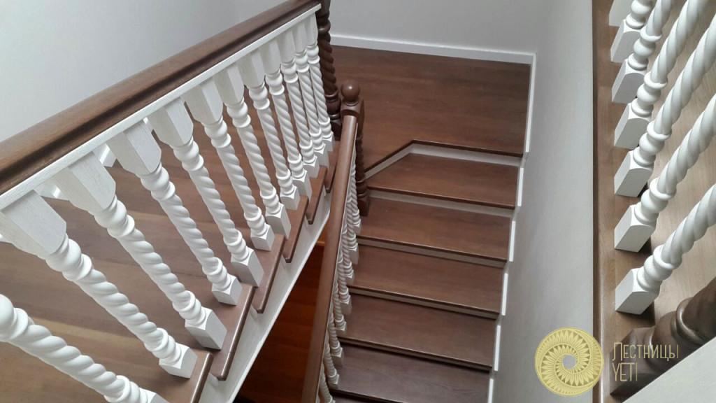 бетонная буковая лестница со столбами и балясинами спиральной формы