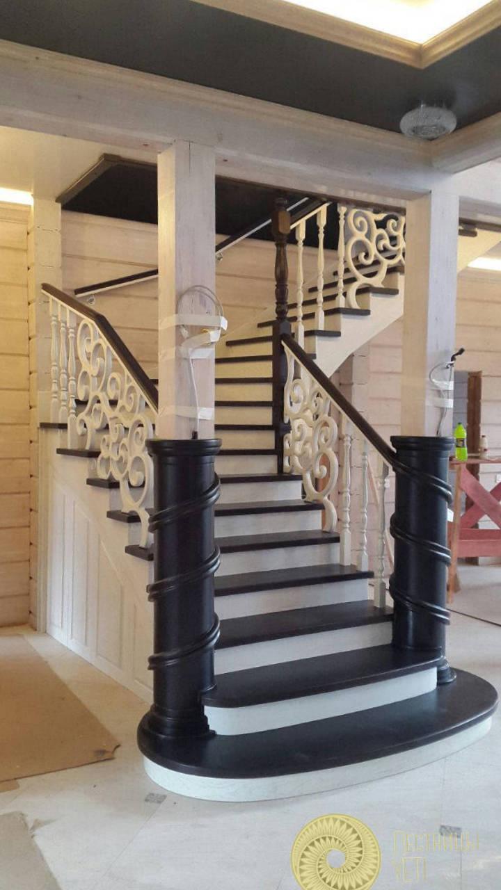 лестница с резными столбами и решетками