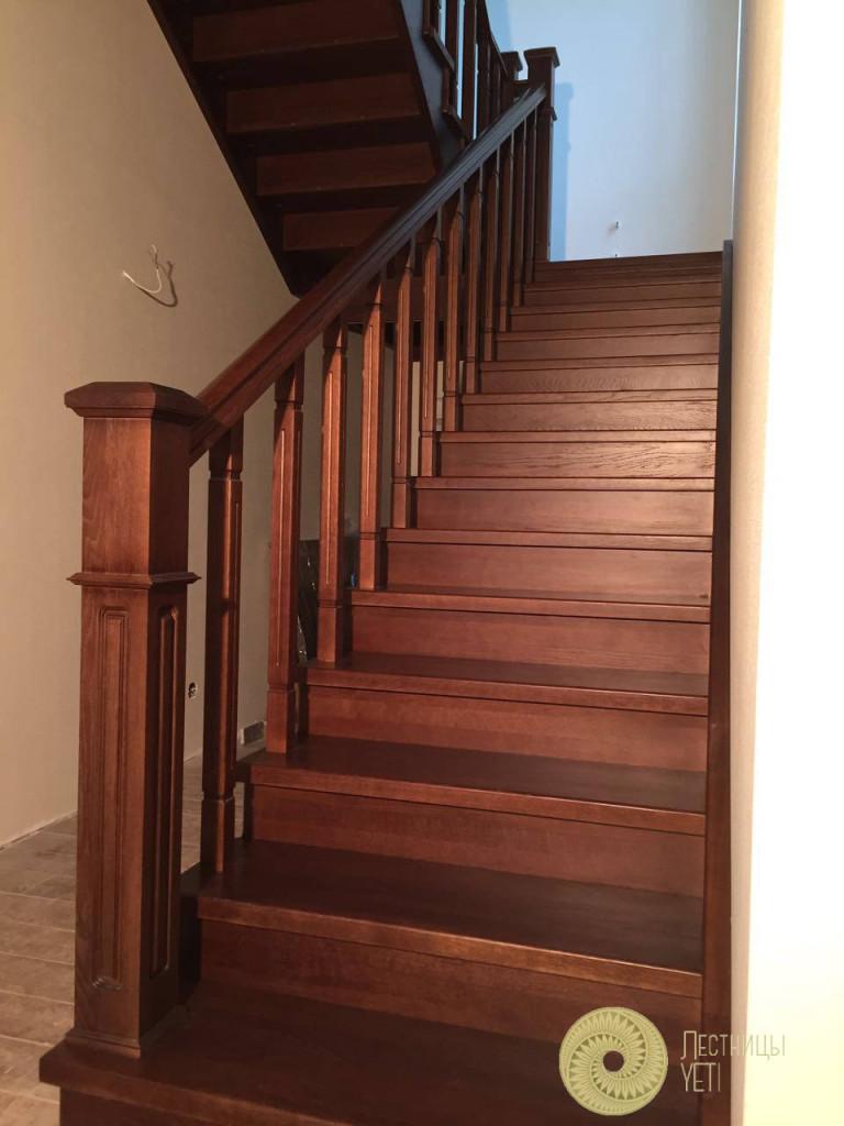 деревянная лестница в «английском» стиле