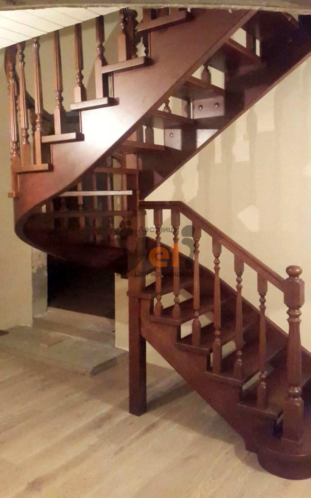 деревянная буковая винтовая лестница с поворотом на 180 градусов