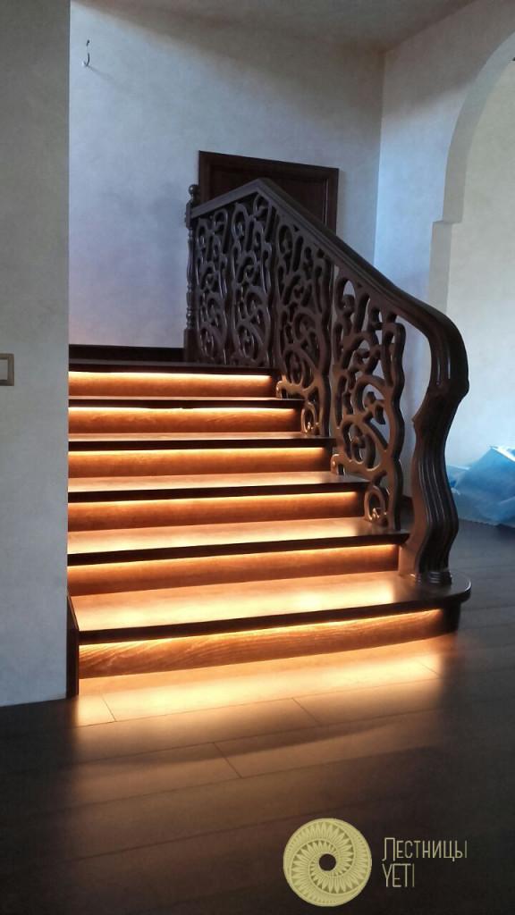 бетонная лестница с деревянной обшивкой и резными решетками