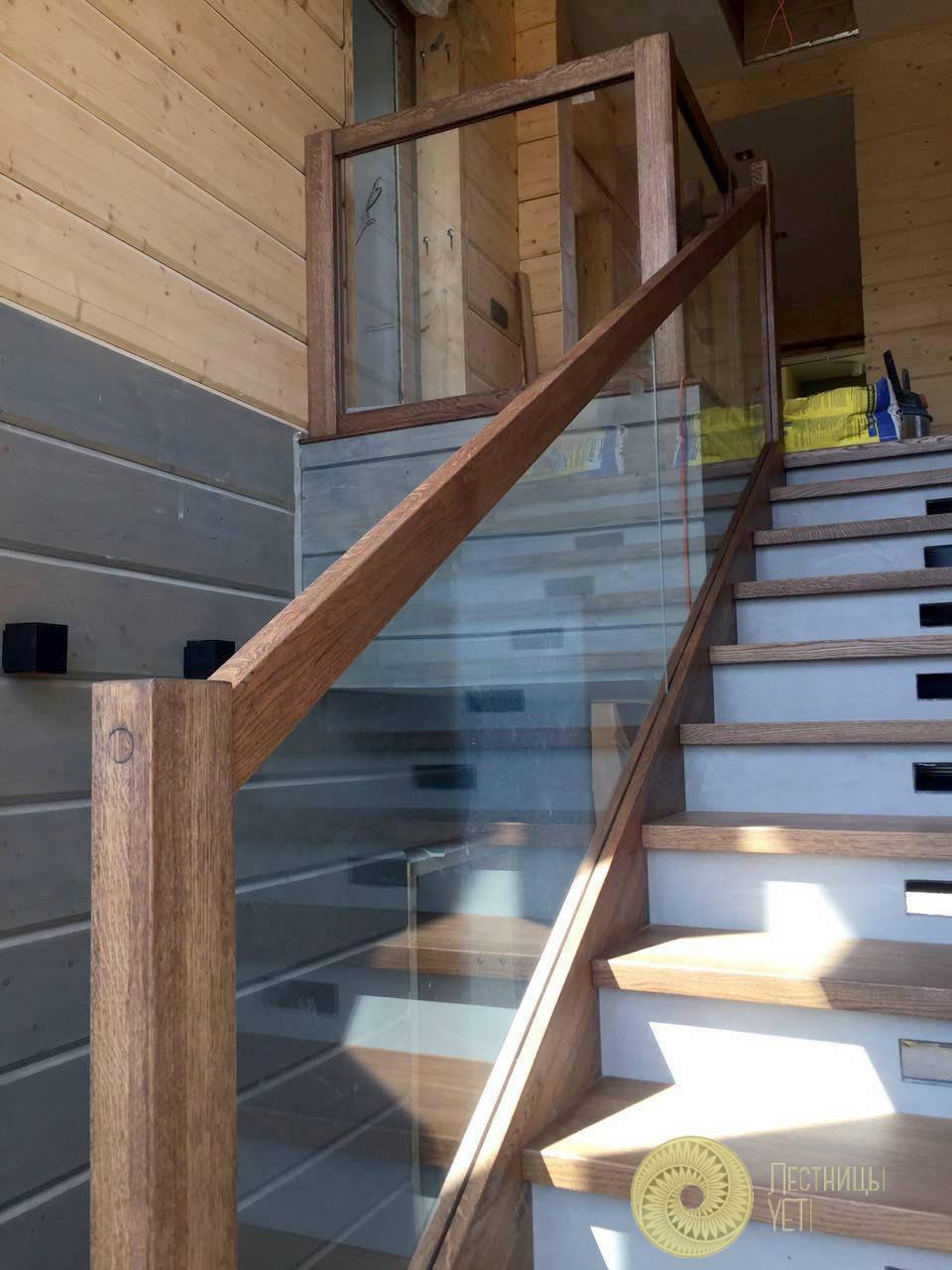 современная лестница со стеклом