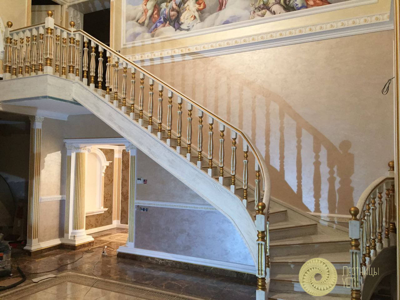 лестница с гнутыми тетивами и патиной