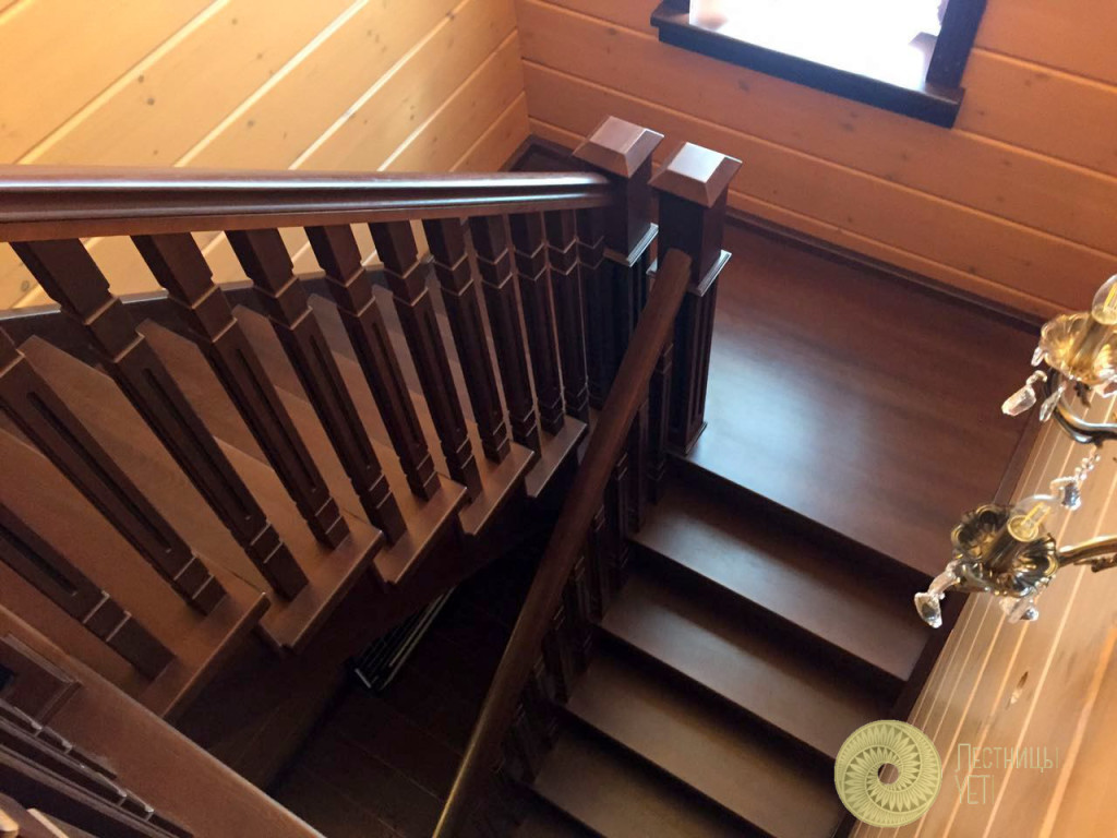 классическая лестница с квадратными столбами и балясинами